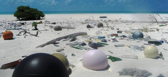 Plastikmüll am Strand, Papahanaumokuakea Marine National Monument, 2006, Foto/© Paulo Maurin/NOAA