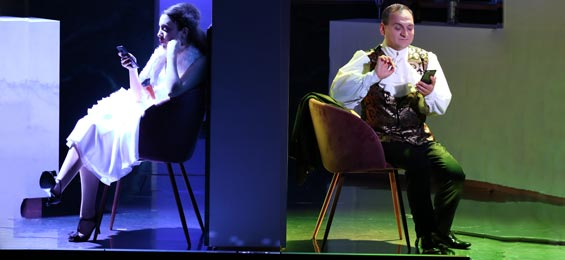 Kammeroper: Spritziger Neustart mit Rossini-Smartphone-Komoedie Foto: Joachim Fluegel