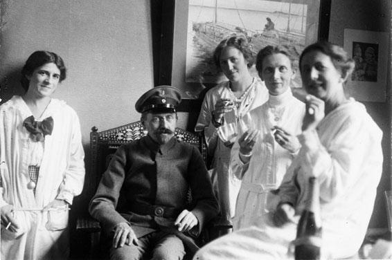 Gruppenbild mit Arthur Byhan, Kustos der Europa-Sammlung. Foto: unbekannt, entstanden zwischen 1914 und 1918. © MARKK