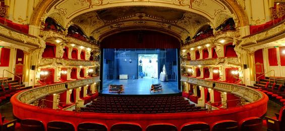 """""""Theater hassen"""": eine Popkulturelle Polemik auf die deutsche Theaterlandschaft"""