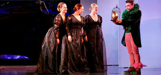 """""""Die Zauberflöte"""" in der Hamburger Kammeroper  Das Gute siegt, die dunklen Mächte der Finsternis gehen am Ende in einer Rauchwolke auf. Der Beifall ist riesig in Hamburgs phantasievollem kleinen Opernhaus, der Kammeroper im Allee-Theater an der Max-Brauer-Allee.  Sie hat unter der Intendanz von Marius Adam gewaltig Fahrt aufgenommen und stellt mit Mozarts """"Zauberflöte"""" eine Inszenierung auf ihre winzige Bühne, die man als Hamburger Opern-Fan unbedingt gesehen und gehört haben muss. Vielleicht ist es nicht mal zu hoch gegriffen, wenn man die großartige Kleinkunst hier im Hinterkopf vergleicht mit der opulenten Umsetzung derselben Oper im großen Haus an der Dammtorstraße – und feststellt: Da hat die Kammeroper durchaus in manchen Punkten die Nase vorn.  Die schlichte, eingängige Humanität des originalen Musik-/Text-Teams Mozart/Schikaneder ist bestens aufgehoben in den Regiehänden von Toni Burkhardt, dem angenehm reduzierten Bühnenbild von Kathrin Kegler, das selbst auf der Mini-Bühne mit überschaubarer Technik starke und zauberhafte Bilder fast aus dem Nichts hervorholt, in die sich die Kostüme von Lisa Überbacher unaufdringlich einfügen. Die stärkste Kammeropern-Poesie aber entlockt Ettore Prandi mit seinem Dirigenten-Zauberstab den gerade mal fünf (!) Musikern im Orchestergraben, die mit Oboe, Klarinette, Fagott, Horn und Klavier die perfekte Illusion eines kompletten Klangkörpers produzieren – bloß keine Angst: Ohren und Hirn des Zuhörers ergänzen Mozarts tönendes Urgestein mühelos zur großen Oper. Mozart selbst hatte ja keine Probleme mit der Reduktion seiner Partitur aufs Kammermusik-Format; aus der """"Zauberflöte"""" ließ er eine damals gängige Instrumentalfassung für Musikliebhaber mit schmaleren Budgets zusammenkürzen, seine """"Harmoniemusik"""" erfreute das Publikum an kleineren Höfen und kam sogar ganz ohne Sänger aus. Das aber wäre in der Hamburger Kammeroper diesmal wahrlich ein Frevel, denn das Stimm-Ensemble am Premierenabend glänzte mit den Strahlen des siebenfa"""