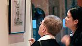"""Zwei Besucherinnen der Ausstellung """"Mecklenburg Inspiriert"""" vor dem Bild eines chinesischen Künstlers"""